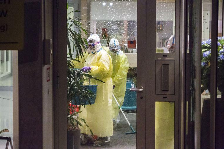Medewerkers van het Dordtse Albert Schweitzer ziekenhuis zijn uitgerust met speciale pakken. Een patiënt bij wie een mogelijke verdenking van ebola bestaat, is opgenomen in het ziekenhuis. Beeld anp