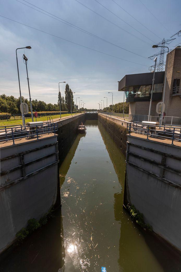 De vervroegde werkzaamheden aan de sluis bij Brouwhuis betekent dat het binnenvaartverkeer ongeveer zes weken gestremd zal zijn.