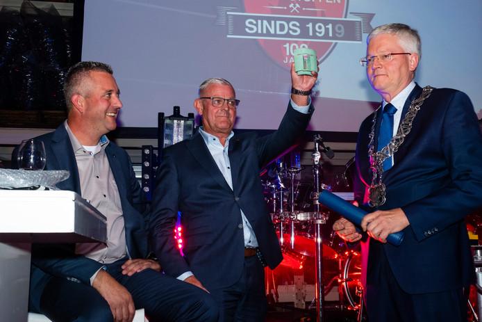 Tijdens de viering van het 100-jarig bestaan kreeg Toon Rijnen de Tilburg Trofee uit handen van burgemeester Weterings.