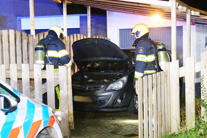 De in brand gestoken auto kon snel worden geblust.