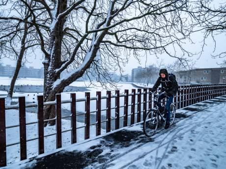 Zodra het vriest, gaan fietsers onderuit in de Dorpsstraat: 'De brug is spekglad'