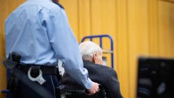 """Voormalige nazikampbewaker staat op zijn 94e voor de jeugdrechter: """"Ik was 18 jaar. Ik wist niet dat er massamoorden werden gepleegd"""""""