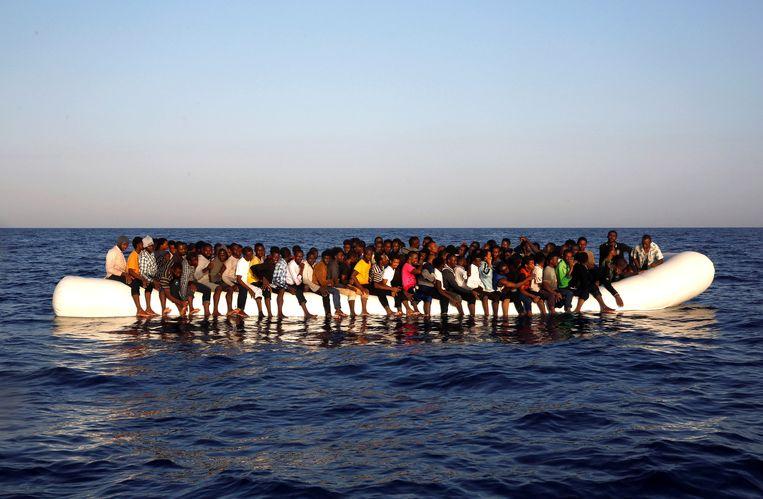 Een rubberboot volgestouwd met Afrikaanse vluchtelingen voor de Libische kust in augustus 2016.