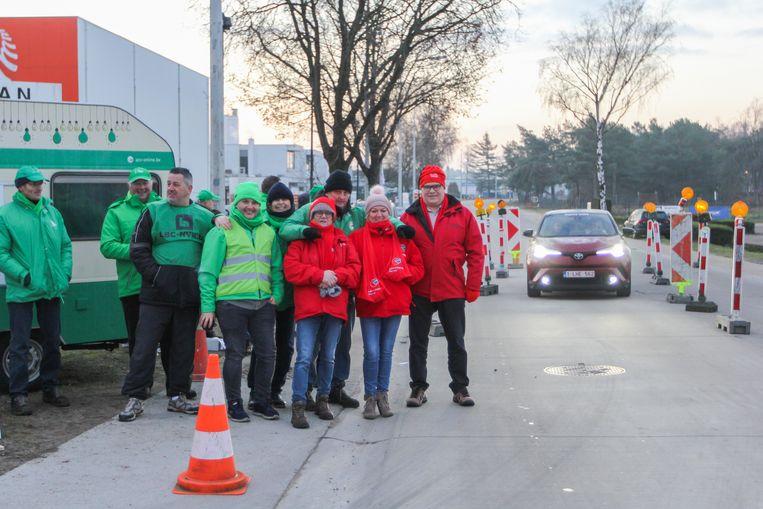 De vakbonden houden een filterblokkade aan de ingangen van het bedrijventerrein.