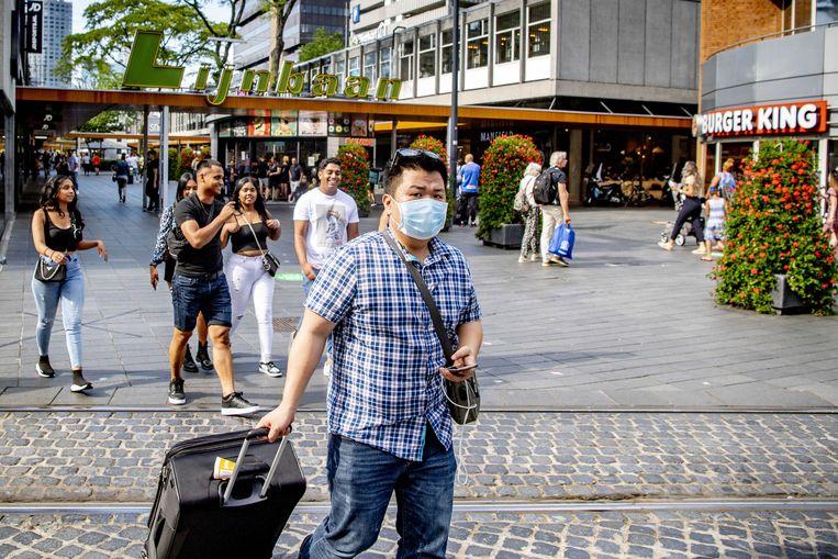 De lijnbaan in het centrum van Rotterdam. Vanaf 5 augustus is het dragen van een niet-medisch mondkapjes verplicht op sommige drukke plekken.  Beeld ANP