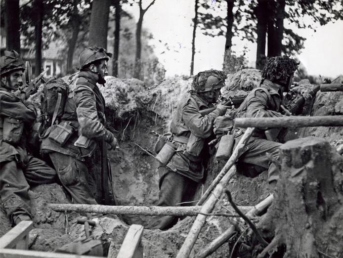 De Slag om Arnhem; Duitsers worden bestookt door het 1e Bataljon Paratroepen bij de spoorwegovergang in Wolfheze.