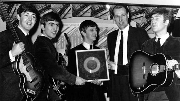 George Martin (tweede van rechts) met vlnr Paul McCartney, George Harrison, Ringo Starr en John Lennon Beeld Michael Ochs Archives