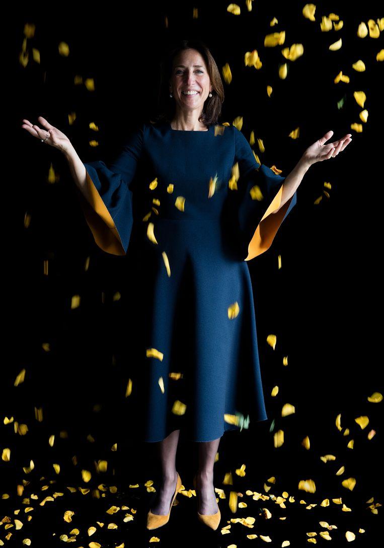 Emilie Gordenker. Directeur Mauritshuis. Gepromoveerd kunsthistoricus. Draagt: Roksanda.  'Ik waardeer de onverwachte manier waarop Carla van de Puttelaar mij heeft gekozen te portretteren. De jurk kocht ik speciaal voor het bezoek van de Hertogin van Cambridge aan het Mauritshuis in 2016.' Beeld Carla van de Puttelaar