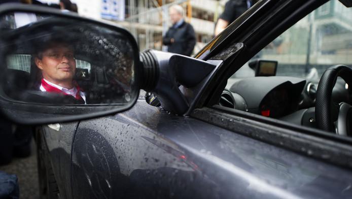 Jan Peter Balkenende tijdens de start van de elektrische rally. © ANP