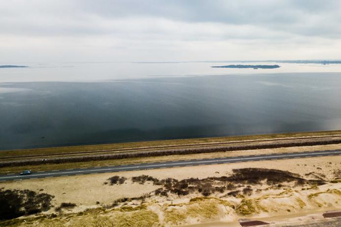 De Brouwersdam met op de achtergrond het Grevelingenmeer.