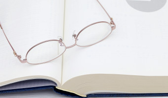 Trouw krijgt 'Gouden Leesbril' van Lezeres des Vaderlands