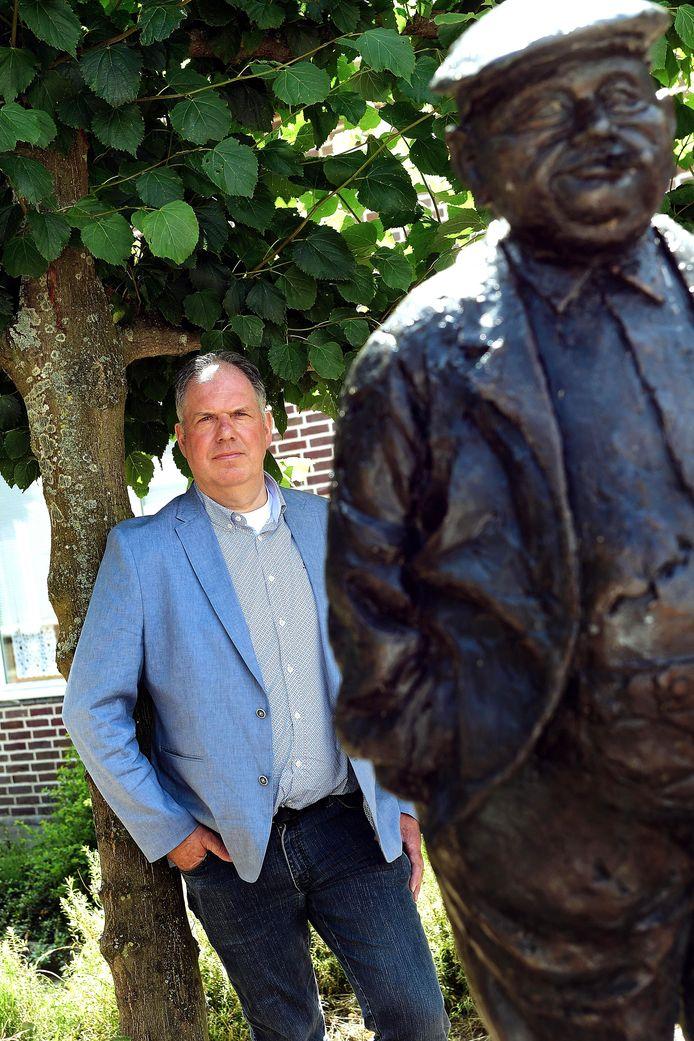 Eric de Regt bij het standbeeld van de Papboer in Wouw. Hij blikt terug op de heftige weken na zijn niet onomstreden overstap van de Roosendaalse Lijst naar de VLP.