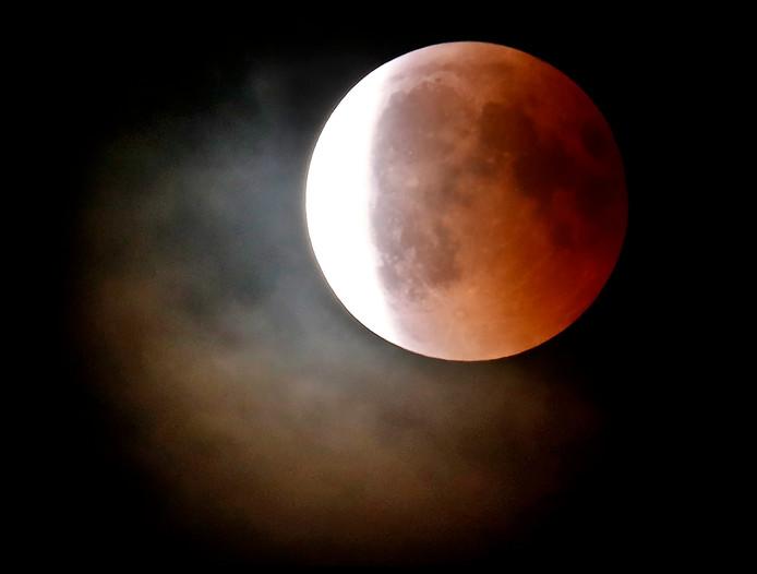 De maansverduistering, de bloedmaan aan de hemel boven Hoofddorp Foto ; Pim Ras