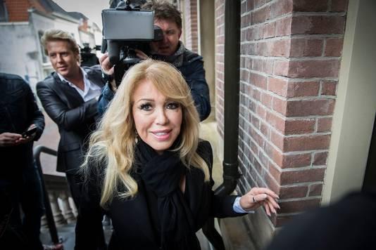Paay komt aan bij de rechtbank in Haarlem voor de rechtszaak tegen haar voormalige zakenpartner Maarten Oostvogel.