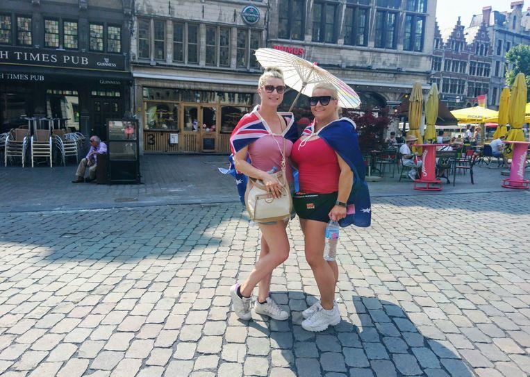 Laura en Emily uit Australië op de Grote Markt.