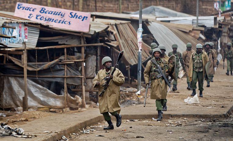 Ordetroepen rukten uit naar de sloppenwijk Kawangware in Nairobi om eventueel geweld de kop in te drukken. Beeld AP