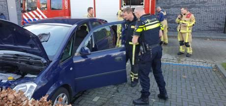 Auto vliegt in de fik in Enschede, brandweer tikt ruit in