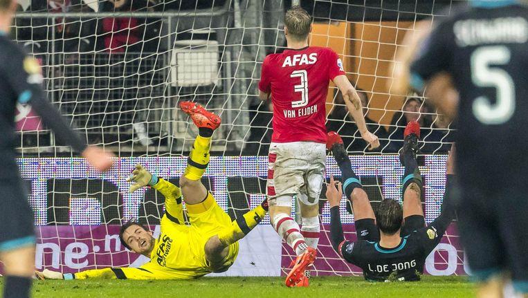 PSV-speler Luuk de Jong (r) scoort hier de 1-4 tegen AZ-keeper Tim Krul, 4 februari 2017. Beeld anp