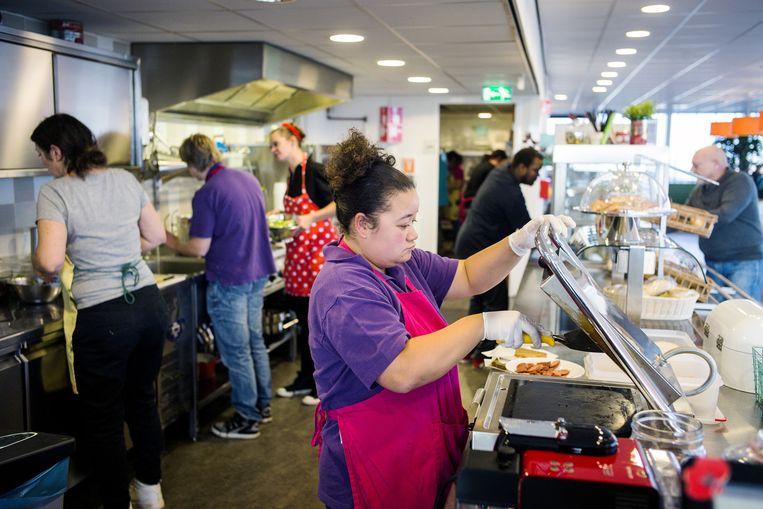 Het team in de kantine van Reclassering Nederland bestaat uit zeventien verstandelijk gehandicapten en twee keukenhoofden. Beeld null