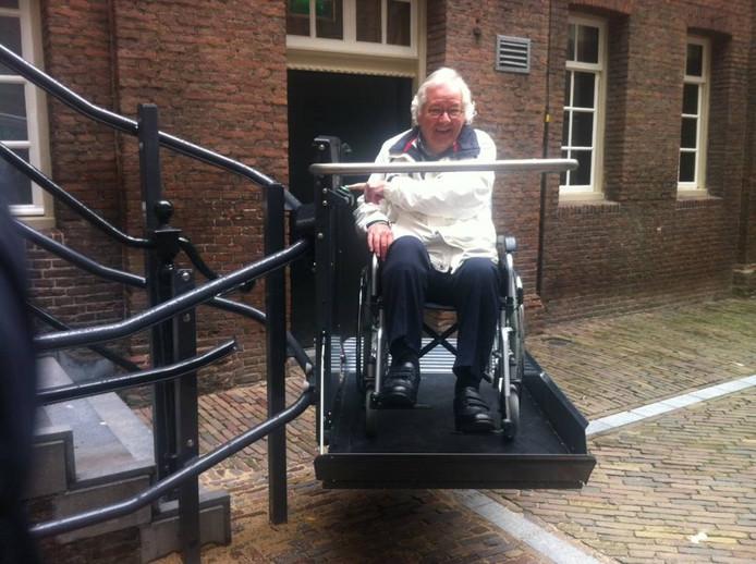 Will Zetz met een rolstoel in de traplift aan de achterkant van het Bossche stadhuis.