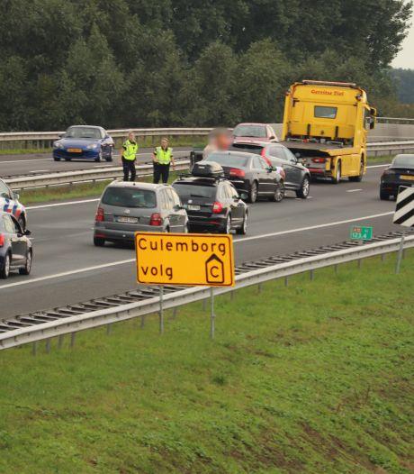 Drie auto's botsen op snelweg A15 bij Wadenoijen