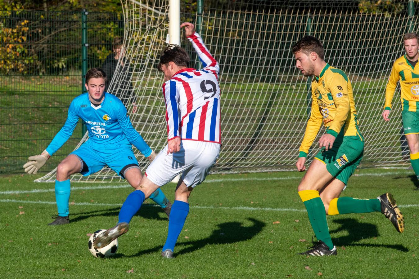 Rijen, spelend in geel-groen, stond bij rust al met 0-4 voor op bezoek bij FC Tilburg. (archieffoto)