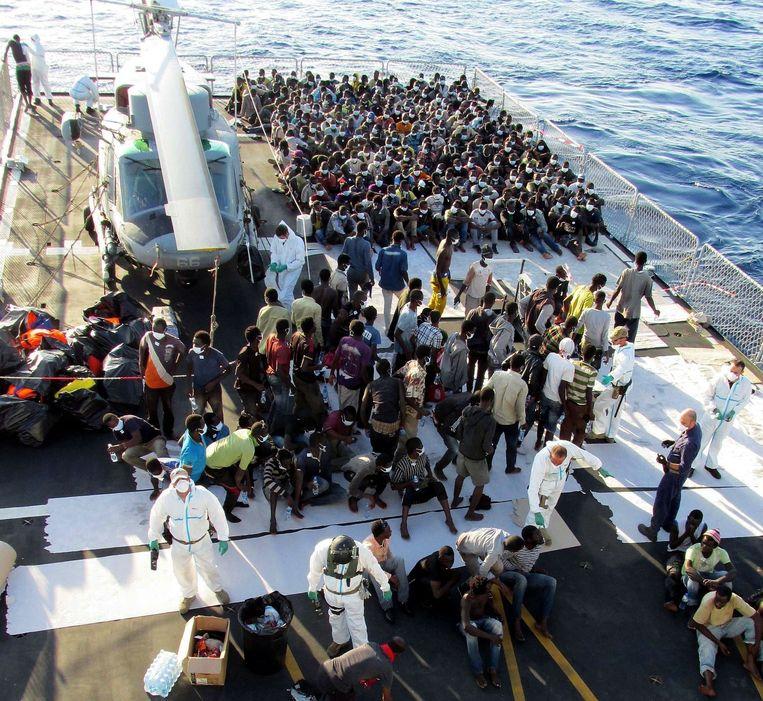 De Italiaanse marine brengt geredde migranten aan wal op het eiland Lampedusa.