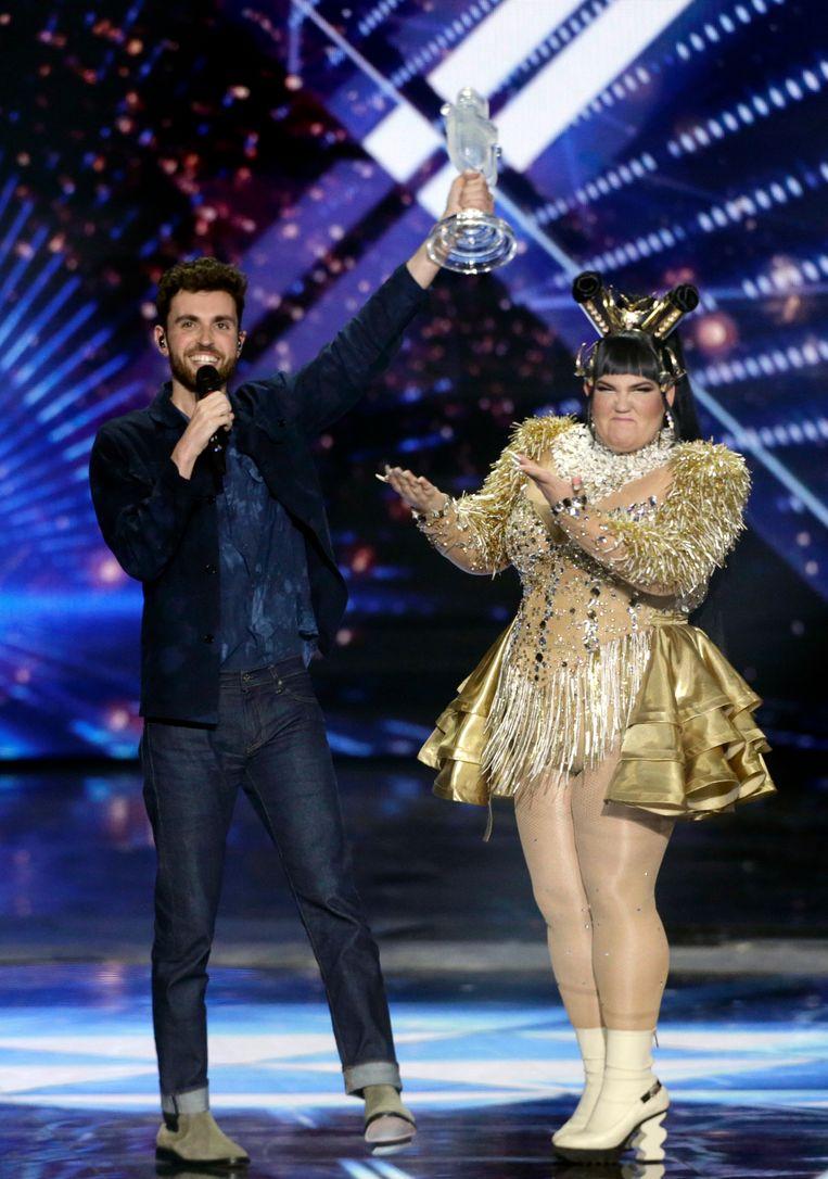 Songfestival Tel Aviv, mei 2019: Netta (in het goud) heeft Duncan net de trofee overhandigd.