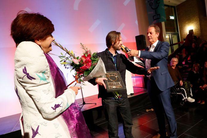 Tijs Rooijakkers (midden) won de Eindhoven Cultuurprijs vorig jaar.