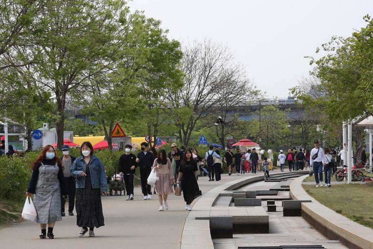 Wandelaars met een mondmasker in een park in hoofdstad Seoel.