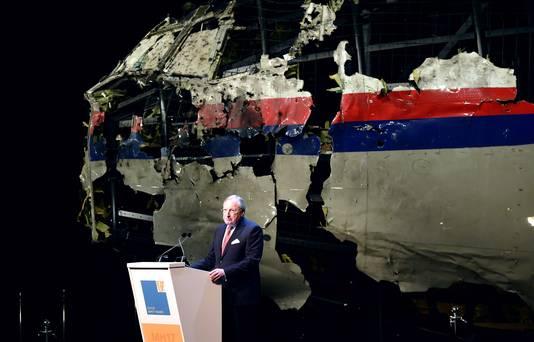 OVV-voorzitter Tjibbe Joustra presenteert de bevindingen van het onderzoek naar de ramp met vlucht MH17 in Gilze-Rijen.