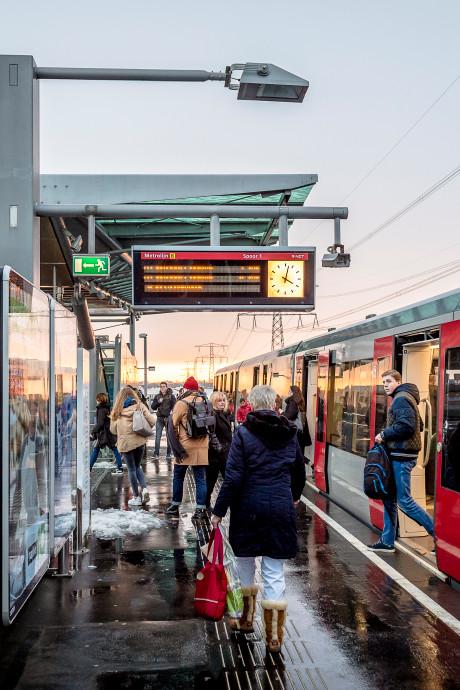 Zonnepanelen gaan stroom voor metrostations leveren