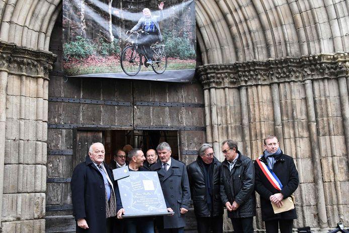 Oud-Tour-directeur Jean-Marie Leblanc (links), oud-wielrenners Bernard Thévenet en Gilbert Duclos-Lassalle en burgemeester Alain Darbon bij de entree van de kerk in Saint-Leonard-de-Noblat waar de afscheidsdienst van Raymond Poulidor plaatsvindt.