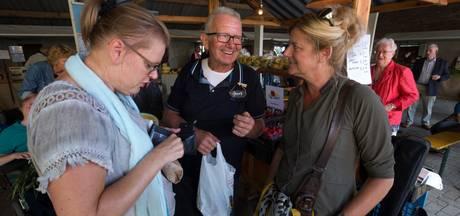 Deelnemers Boer zoekt vrouw samen op markt in Toldijk