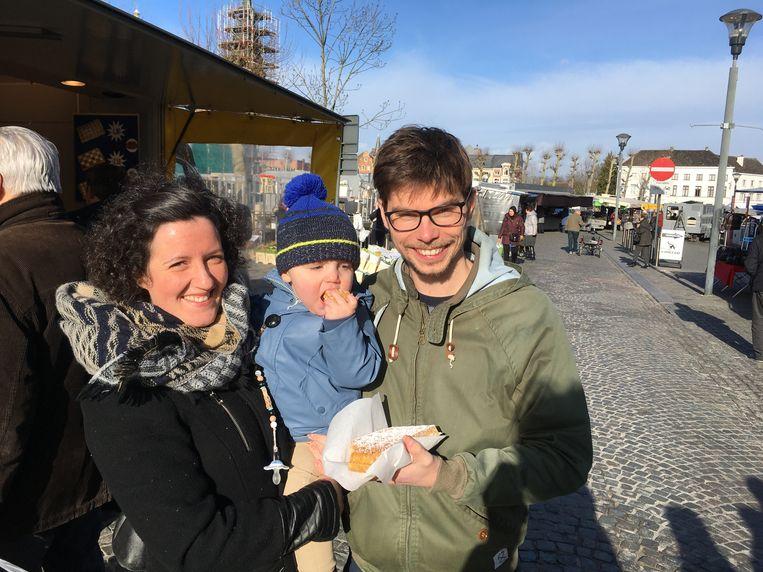 Liefde is voor Charona en Tom samen met hun zoontje Warre een wafel eten op de woensdagmarkt in Lokeren.
