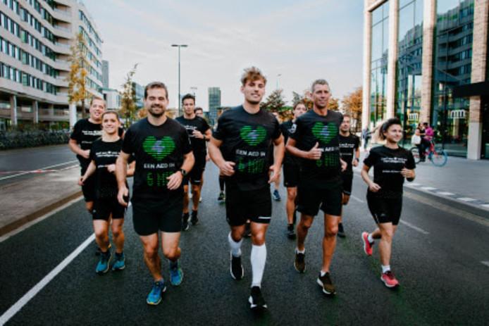 Philips presenteert AED-shirtjes tijdens de halve marathon van Eindhoven.
