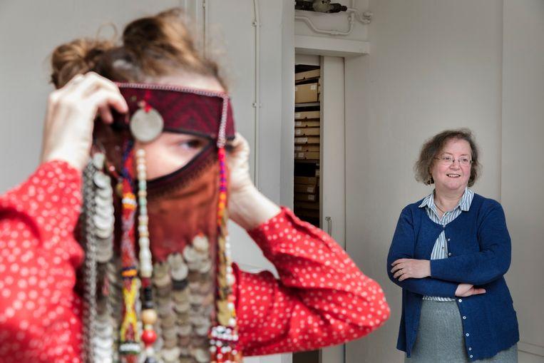 Textielarcheoloog Gillian Vogelsang-Eastwood (rechts): 'We worden preutser. In de jaren 70-80 vonden we minirokjes en bikini's op straat heel normaal. Nu is dat anders'.  Beeld Inge Van Mill