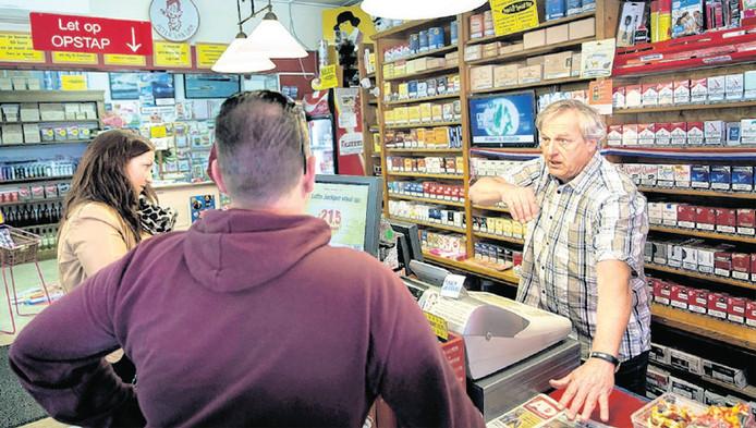 Bezorgde klanten horen het schokkende verhaal van sigarenboer Peter van Dam.