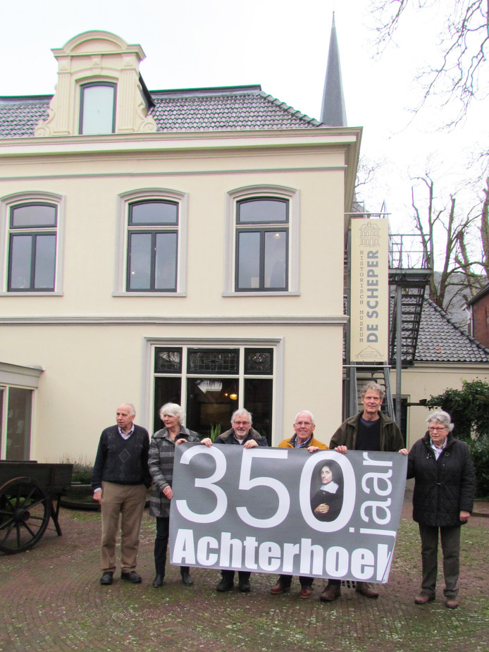 De projectgroep 350 jaar Achterhoek met een spandoek bij museum De Scheper in Eibergen.