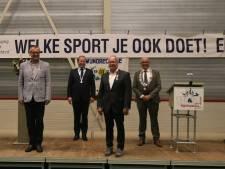 Koninklijke lintjes op kussentjes door drie burgemeesters
