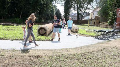 Buurtbewoners ontdekken nieuw park Neerdorp