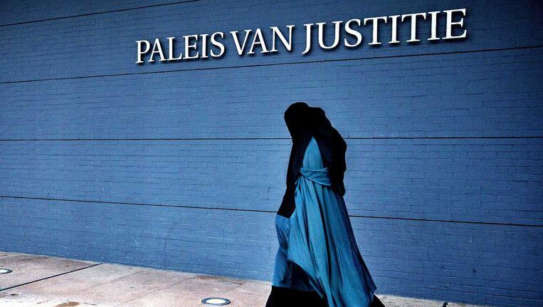 Belangstellenden arriveren bij het Paleis van Justitie, waar de rechter zich boog over diverse zaken rondom terrorismeverdachten. Beeld Jerry Lampen