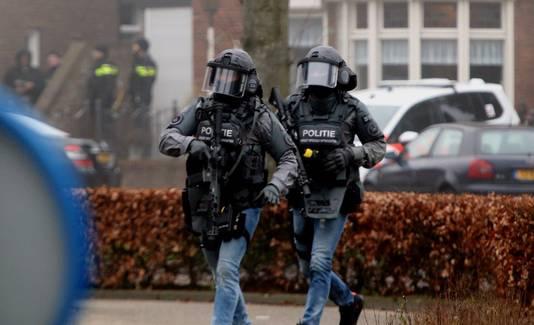Zwaarbewapende agenten bij het huis van Joey D. in Rosmalen.