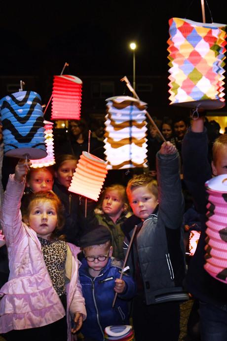 Honderden kinderen met lampionnen in Opheusden