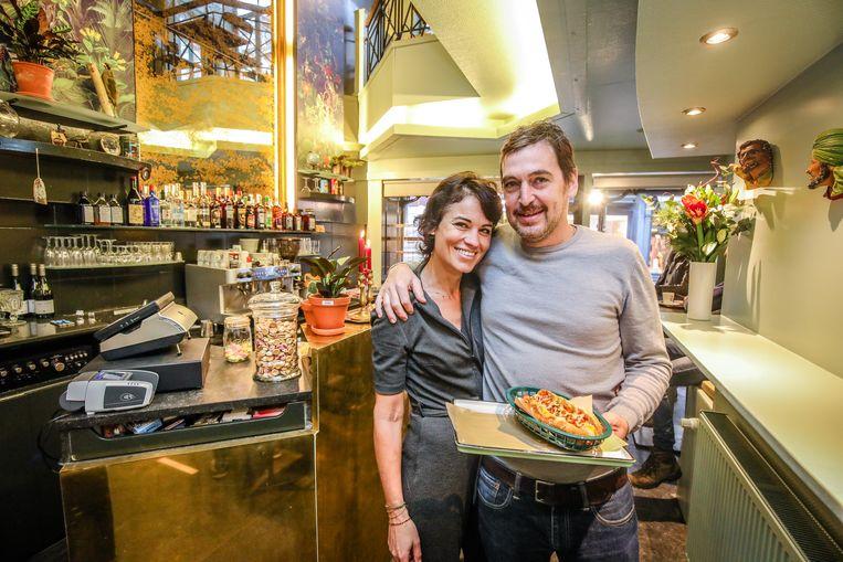 Sarah en Bernard hebben hun hotdogrestaurant Paula Mostaert geopend.