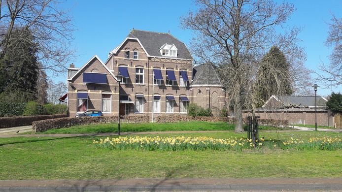 In het voormalig klooster aan de Erasstraat in Kaatsheuvel wonen arbeidsmigranten.