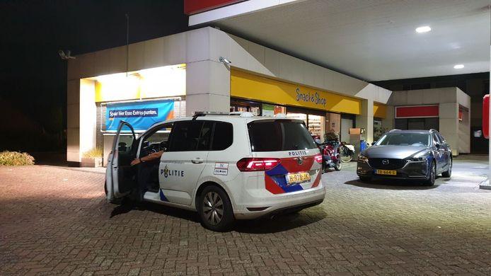 De politie is ter plaatse bij het Esso-tankstation aan de Burgemeester Van Veenlaan.