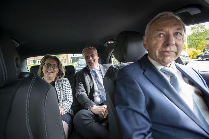 Bram van Doorn met burgemeester Ellen Nauta (Hof van Twente) en commissaris van de Koning Andries Heidema.