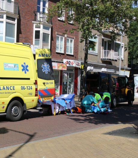 Bestuurder bestelbusje ziet voetgangster over het hoofd in Apeldoorn: vrouw afgevoerd