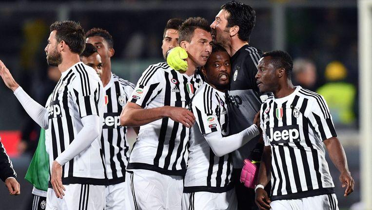 Spelers van Juventus vieren de overwinning op Fiorentina van zondag. Beeld photo_news